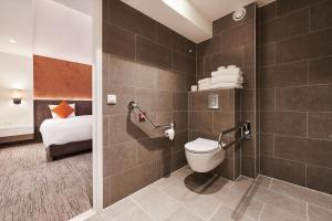 A bathroom at Keizershof Hotel Aalst
