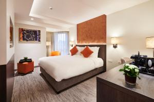 A bed or beds in a room at Keizershof Hotel Aalst