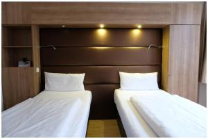 A bed or beds in a room at Motel Plus Berlin