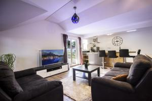 A seating area at Apartments Dvor