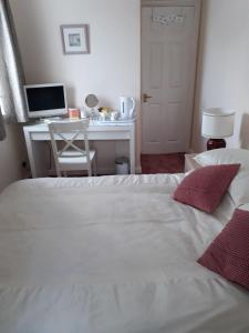 A bed or beds in a room at Sawbridgeworth Bed & Breakfast