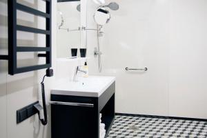A bathroom at IBB Hotel Długi Targ