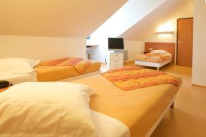 """Een bed of bedden in een kamer bij Beddy-bye Hotel """"ex Time hotel"""""""