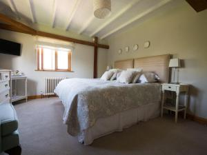 A bed or beds in a room at North Downs Barn