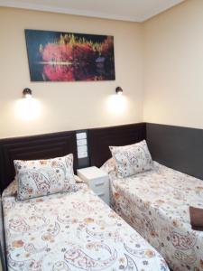 Un ou plusieurs lits dans un hébergement de l'établissement Hostal Numancia