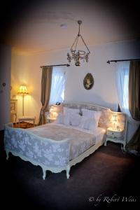 Un pat sau paturi într-o cameră la Pensiunea Vlahia Inn
