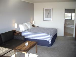 A bed or beds in a room at Best Western Plus The Tudor Box Hill