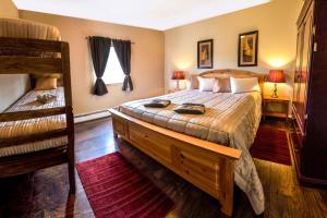 Cama ou camas em um quarto em Bent Prop Inn and Hostel of Alaska - Midtown