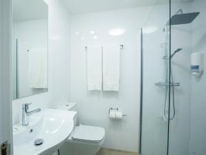 A bathroom at Hotel Burlada