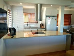 A kitchen or kitchenette at 3 Bedroom renovated home