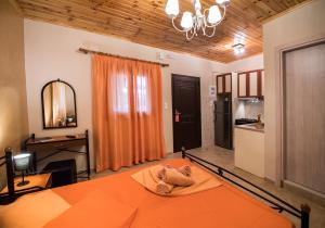 A bed or beds in a room at Villa Dimitris Apartments & Bungalows