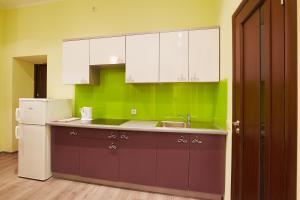 A kitchen or kitchenette at Apartment Fedkovycha