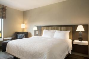A bed or beds in a room at Hampton Inn Salt Lake City Cottonwood