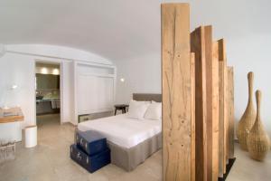 Un ou plusieurs lits dans un hébergement de l'établissement Santorini Secret Suites & Spa, Small Luxury Hotels of the World
