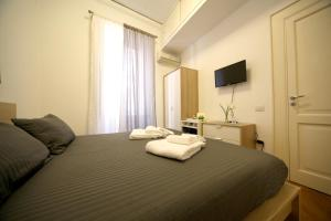 A bed or beds in a room at Seawall 2
