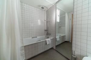 A bathroom at Hotel Isafjördur - Torg