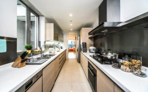 A kitchen or kitchenette at Fraser Suites Top Glory Shanghai