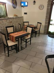 A seating area at Lo Scacciapensieri