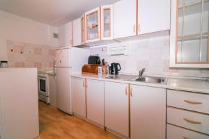 A kitchen or kitchenette at Fri Apartment