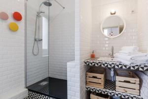 A bathroom at 5 Sens