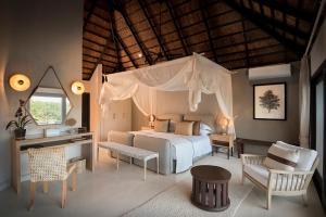 Una cama o camas en una habitación de Lion Sands River Lodge