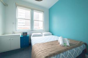 Кровать или кровати в номере Tassie Backpackers at The Brunswick Hotel