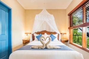 A bed or beds in a room at Lillypilly's Cottages & Day Spa
