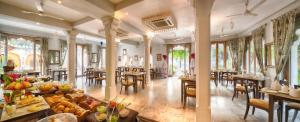 A restaurant or other place to eat at Hotel Rawla Narlai