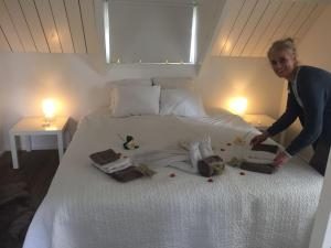 A bed or beds in a room at De Flevohoeve