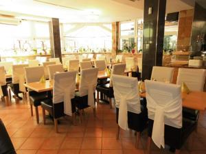 Ein Restaurant oder anderes Speiselokal in der Unterkunft Aparthotel Aviv