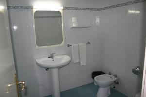 A bathroom at Apartamentos Astoria - Benidorm