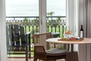 A restaurant or other place to eat at Praia D'El Rey Marriott Golf & Beach Resort
