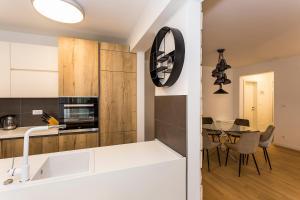 A kitchen or kitchenette at Perla Apartmani Split