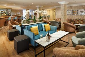 The lounge or bar area at Mercure Maidstone Great Danes Hotel