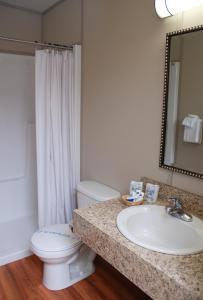 A bathroom at Triple J Hotel