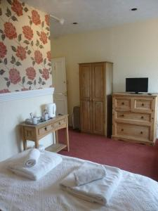 A bed or beds in a room at OYO Rothwell House Hotel