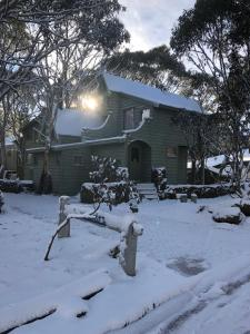 Bindi - Alpine Getaways's Chalet at Tower Rd during the winter