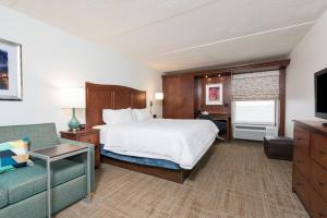 A bed or beds in a room at Hampton Inn Grand Rapids/North
