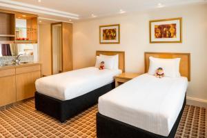 سرير أو أسرّة في غرفة في فندق كوبثورن تارا لندن كنسينغتون