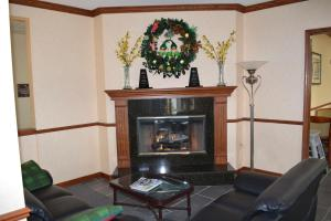 A seating area at Baymont by Wyndham Waterford/Burlington WI
