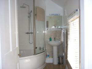 A bathroom at Pritchel Cottage 35 High Street
