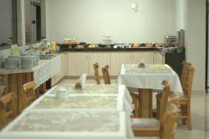 Un restaurante o sitio para comer en Al-Manara Hotel