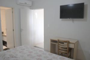 Una televisión o centro de entretenimiento en Al-Manara Hotel