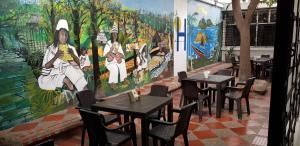 Un restaurante o sitio para comer en Hotel Medellin