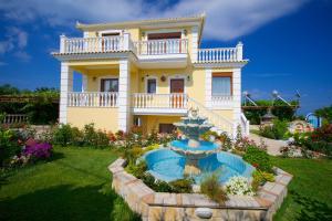 Vista sulla piscina di Villa Alonia o su una piscina nei dintorni
