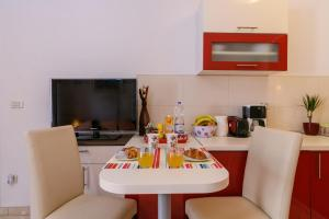 A television and/or entertainment centre at Apartments Dora