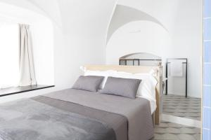 A bed or beds in a room at Genova Suite Art