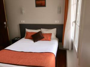 A bed or beds in a room at Hôtel Vendôme