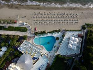 A view of the pool at Grand Hotel La Playa or nearby