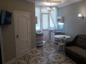 A kitchen or kitchenette at Main Street Apartments